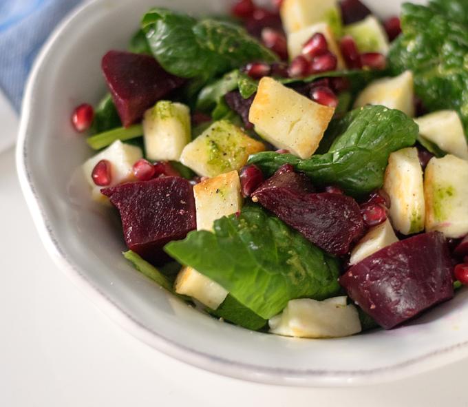Spinat-Halloumi-Salat mit Roten Rüben Bärlauchdressing